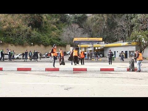 شاهد السترات البرتقالية مبادرة شباب تطوعوا لخدمة الحراك في الجزائر