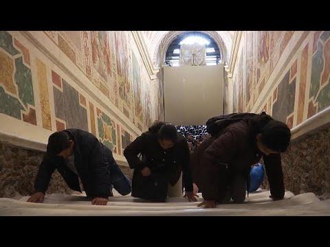 شاهد مسيحيّون يصعدون الدَّرج المُقدس على ركبهم في الفاتيكان