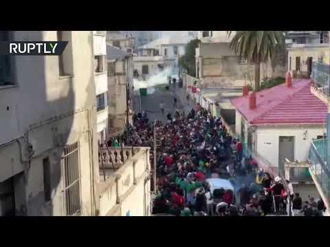 شاهد  الشرطة الجزائرية تستخدم الغاز المسيل للدموع ضد المُتظاهرين
