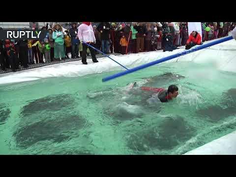 شاهد مسابقة غريبة للتزحلق على الماء في روسيا