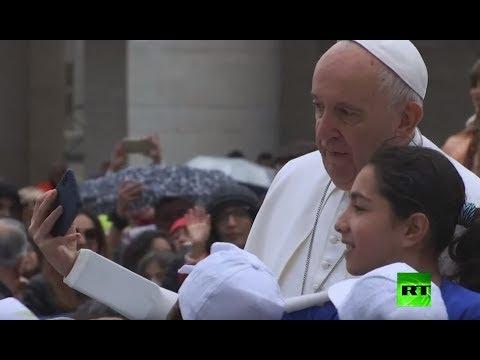شاهد أطفال لاجئون يركبون على متن سيارة بابا الفاتيكان