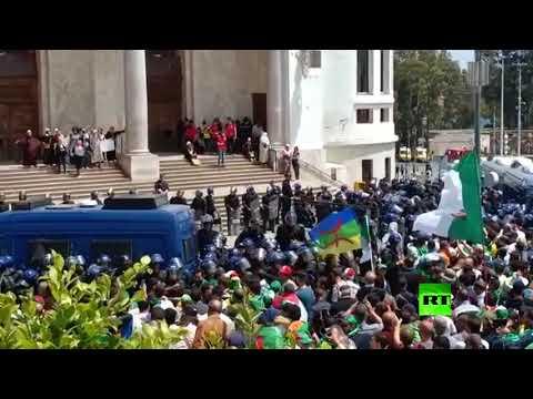 شاهد احتجاجات جديدة في الجزائر والشرطة تردّ