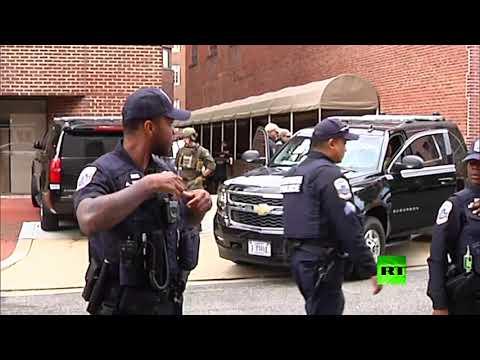 لحظة اقتحام الشرطة الأميركية لسفارة فنزويلا لدى واشنطن