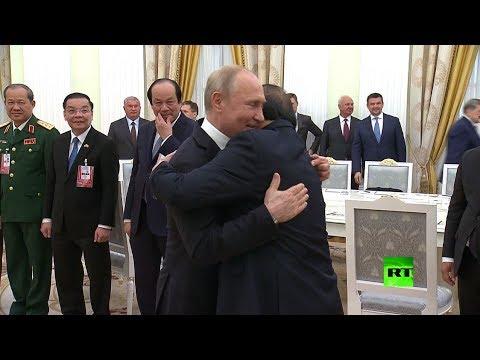 شاهد مذيعة روسية تفوز بجائزة وزارة الدفاع السنوية للصحافيين