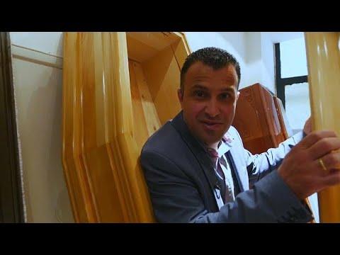 مُرشح يوناني يبدأ حملته الانتخابية وهو يخرج من نعش