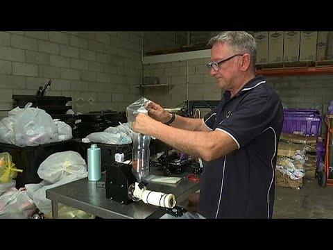مصفف شعر سابق في أستراليا يصنع أطرافاً صناعية من عبوات الشامبو