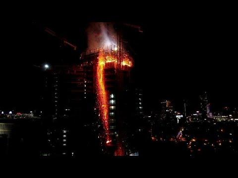 اندلاع حريق مهول في برج قيد البناء في العاصمة البولندية وارسو
