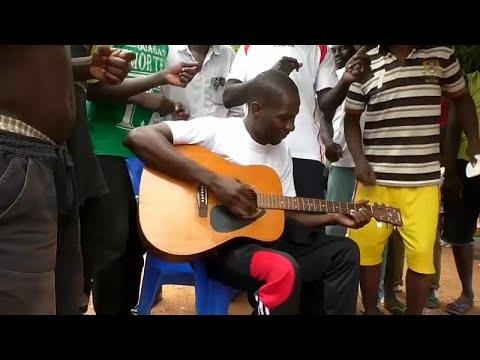 شاهد متهم يحقق شهرة واسعة بأُغنيات تُنتج في السجن
