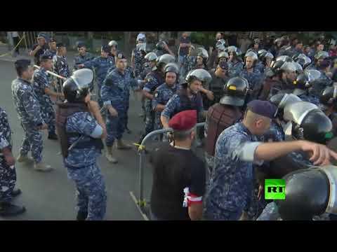 شاهد مواجهات بين عشرات العسكريين المتقاعدين وعناصر الأمن اللبناني أمام البرلمان
