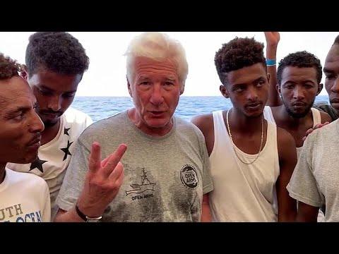 نجم هوليوود يزور سفينة لمهاجرين عالقين في البحر المتوسط رفضت دول أوروبية استقبالهم
