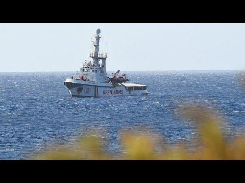 سفينة لإنقاذ 147 مهاجرًا تعلق بالمياه الإيطالية وسط خلافات الوزراء في روما