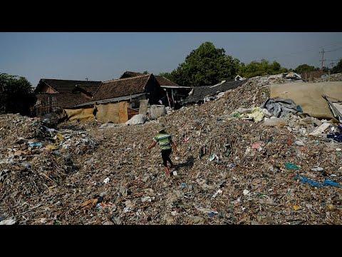 دخل خيالي لسكان قرية إندونيسية من فرز النفايات