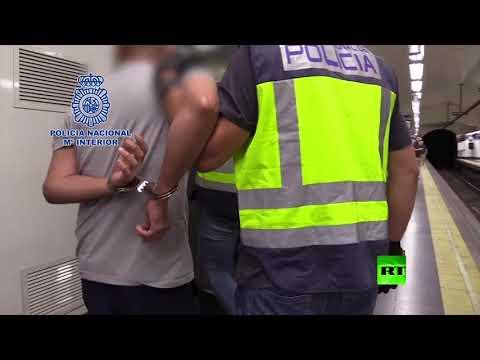 لحظة القبض على رجل يصوِّر أسفل تنانير النساء سرًا في مترو مدريد