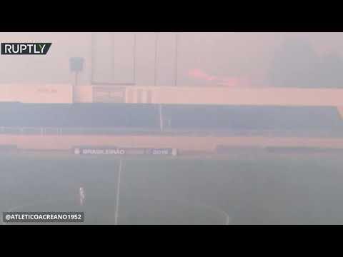 شاهد نيران الأمازون تهاجم ملعبًا يستضيف مباراة كرة قدم في البرازي
