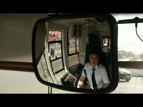 شاهد سائقة الترام في قازان الروسية تأسر الركّاب بصوتها العذب