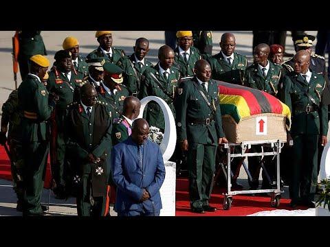 لحظة وصول جثمان رئيس زيمبابوي السابق إلى العاصمة هراري