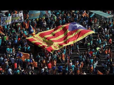 الآلاف من الكاتلونيين يتظاهرون في برشلونة للمطالبة بالانفصال