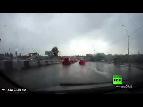 البرق يضرب سياءة أثناء سيرها في بنوفسيبيرسك الروسية