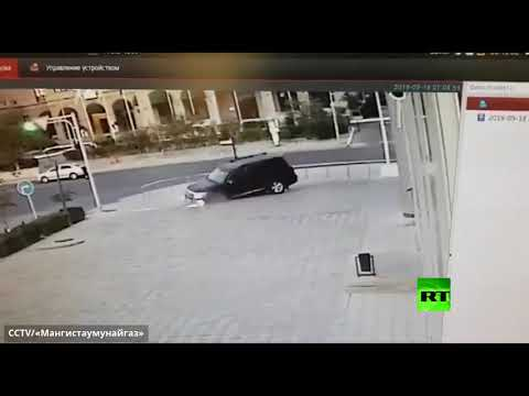 لحظة سقوط سيارة دفع رباعي في حفرة مغطاة بحجارة رصف