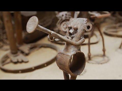 فنان سنغالي يحوِّل قطع الدراجات القديمة إلى منحوتات فنية