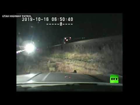 رجل شرطة ينقذ سائق سيارة عالقة في سكة حديدية