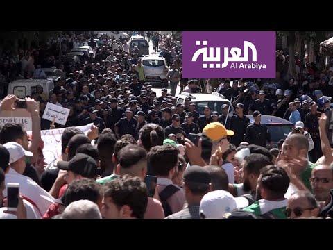 الأمن الجزائري يستخدم العنف لتفريق مسيرة للطلاب