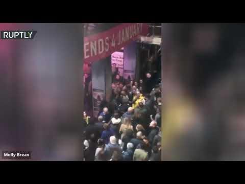 شاهد انهيار سقف مسـرح بيكاديللي في لندن أثناء العرض
