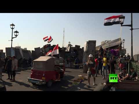 متظاهرون في العراق يرمون الحجارة أثناء الاشتباك مع قوات الأمن