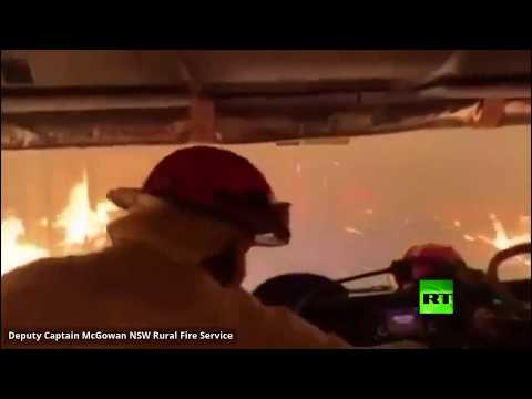 شاهد رجال إطفاء أستراليون يقحمون أنفسهم في غابة مشتعلة
