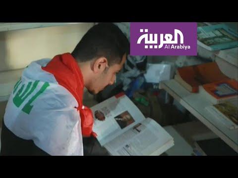 المتظاهرون يقرأون في وقت الفراغ في ساحة التحرير