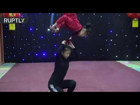 شاهد طفلان يؤديان حركات بهلوانية تحبس الأنفاس