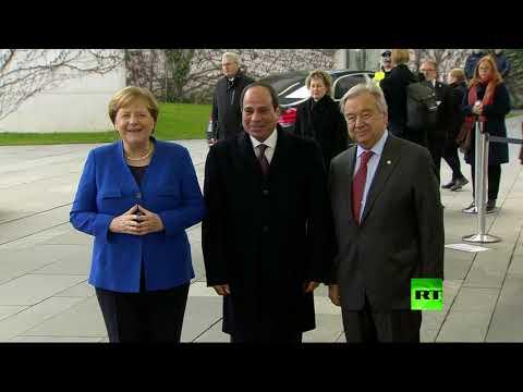 شاهد أنغيلال ميركل وعبد الفتاح السيسي على عتبة قاعة مؤتمر برلين