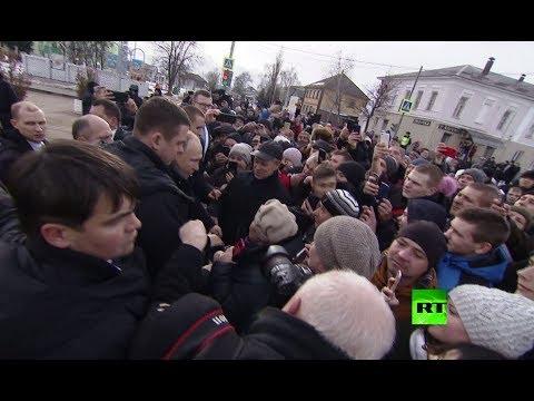 شاهد استقبال حافل للرئيس الروسي يجبره على التوقف أمام الشعب