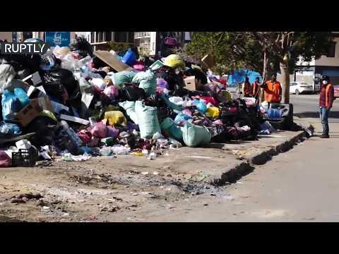 القمامة تملأ شوارع طرابلس الليبية وسط تدهور للخدمات العامة