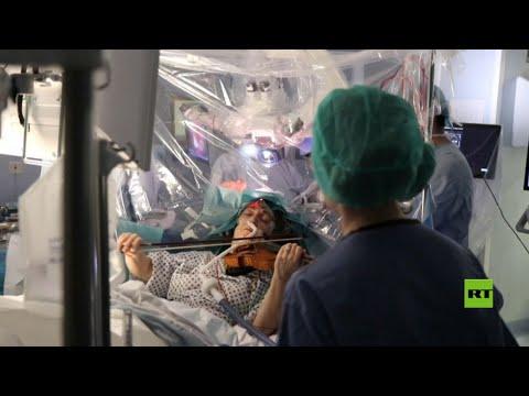 شاهد إيقاظ مريضة أثناء جراحة خطيرة في دماغها لتعزف على الكمان