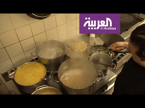 شاهد قصة طباخ مغربي يعد الطعام مجانًا لمستشفيات بريطانيا