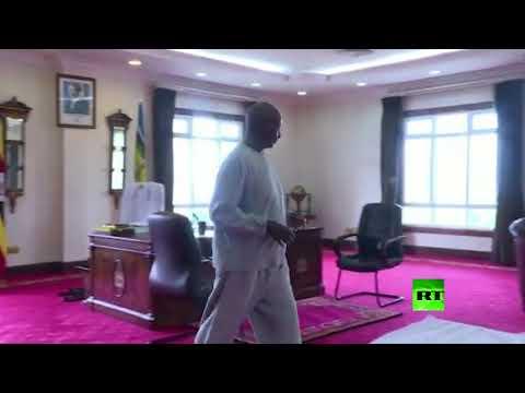 رئيس أوغندا يقدّم قدوة في ممارسة رياضة في المنزل