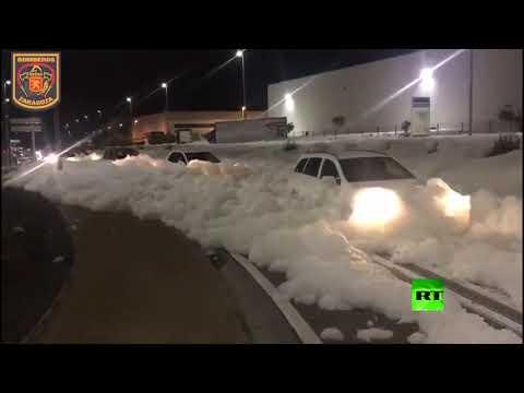 موجة كبيرة من رغوة بيضاء تغطي أحد شوارع مدينة إسبانية