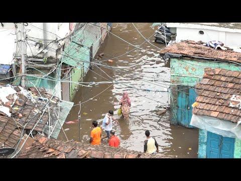 إعصار أمفان المدمر يغمر شوارع وبيوت الهنود بالمياه