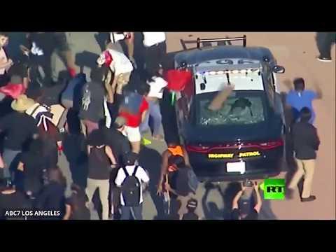 محتجون يقطعون حركة المرور ويُهاجمون سيارات الشرطة في لوس أنجلوس