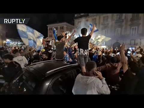 مشجعو نابولي الإيطالي يخرجون إلى الشوارع للاحتفال بالفوز على يوفنتوس