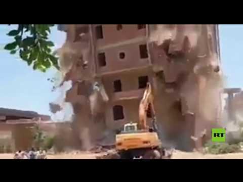 لحظة انهيار عقار كبير على حفارة أثناء إزالته في مصر