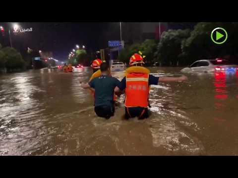 فرق الإطفاء تنقذ سائقين عالقين بسبب السيول في الصين