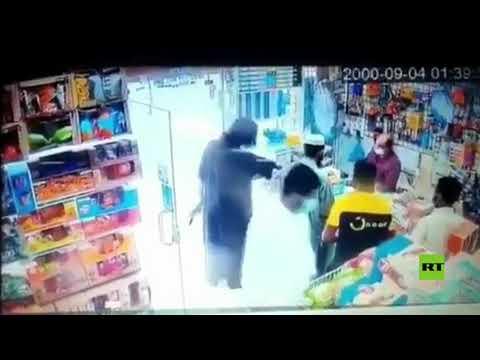 سعودي يقتحم متجرا بالسلاح في الرياض