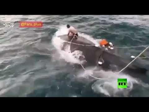 صياد إيراني ينقذ حوتا في خليج عمان