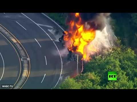 انقلاب شاحنة واندلاع حريق فيها وسط طريق سريع في نيوجيرسي