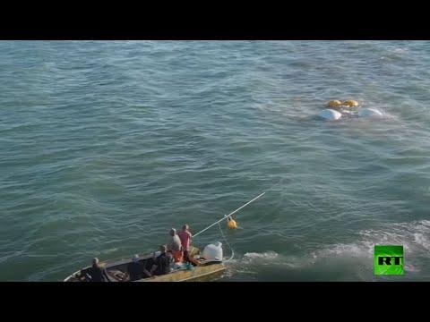 انتشال مركبة مدرعة برمائية بعد غرقها في مضيق كيرتش