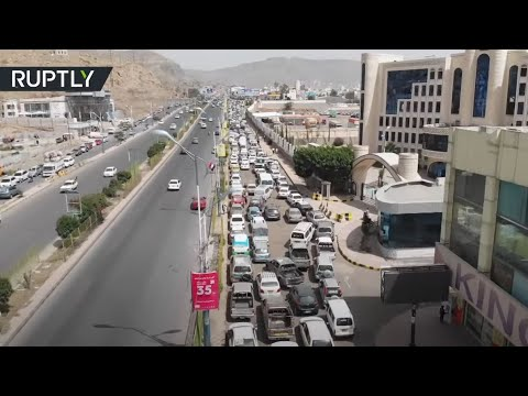 شاهد سيارات تصطف في طوابير طويلة أمام محطات الوقود في صنعاء