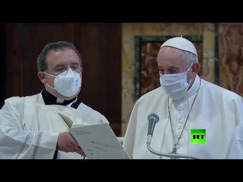 شاهد البابا فرنسيس يضع كمامة لأول مرة خلال مناسبة عامة بعد الانتقادات