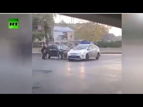 شاهد سائق سيارة مسروقة يتسبب بحوادث سير ويصطدم بسيارة الشرطة في أوكرانيا